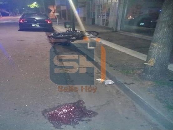 Motociclista resulta gravemente herido al chocar su moto contra un árbol