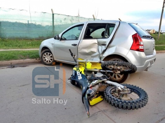 Violenta colisión entre una moto y un auto deja un herido