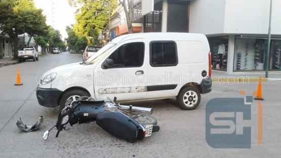 Una motociclista resultó herida al colisionar contra una camioneta en el centro de Salto