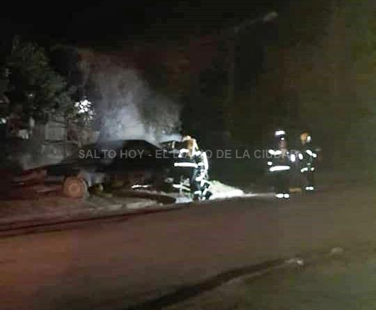Incendiaron un auto que estaba abandonado en la vía pública