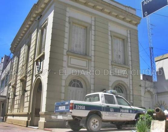 Dejó estacionada su camioneta a dos cuadras de la Comisaría y le rompieron el vidrio