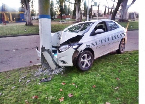 Perdió el control del auto e impactó contra una columna en la rotonda del balneario