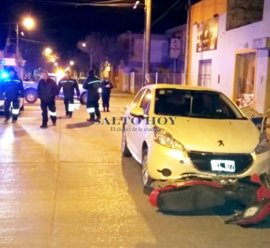 Colisionaron una moto y un auto en calle San Pablo