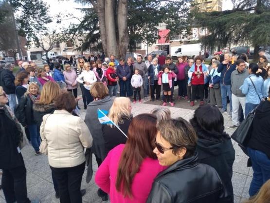 En apoyo al gobierno nacional, vecinos de Salto se concentraron en plaza San Martín