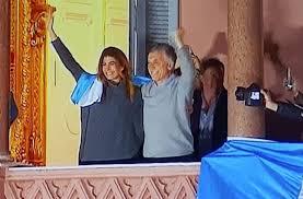 Macri saludó desde el balcón de la Casa Rosada a las personas que se sumaron a la movilización del 24A