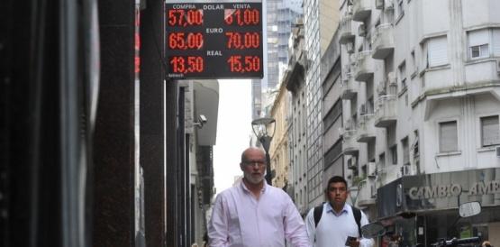 El dólar sube a $ 61 y el riesgo país supera los 2.400 puntos