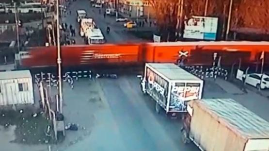 Pilar: motociclista intentó pasar con la barrera baja, fue arrollado por el tren y perdió una pierna