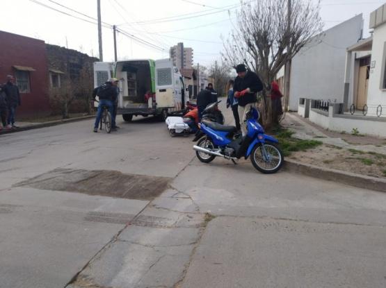 Chocaron dos motos: una mujer resultó herida y un motociclista se dio a la fuga
