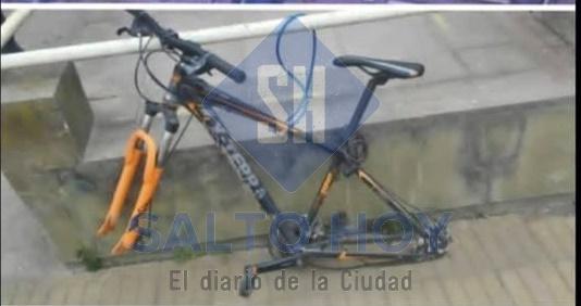 Increíble: dejó su bici afuera de la escuela Técnica y le robaron las ruedas