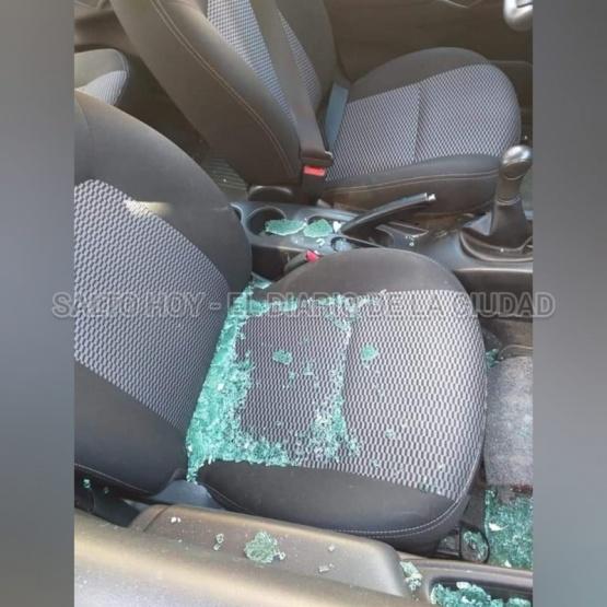 Rompieron la ventanilla de un auto y robaron una cartera