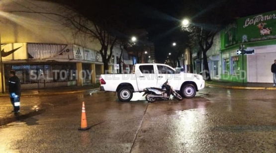 Un motociclista resultó herido al colisionar su moto contra una camioneta en pleno Centro