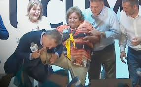 Vídeo: Macri le besó el pie a una señora y estallaron las redes sociales
