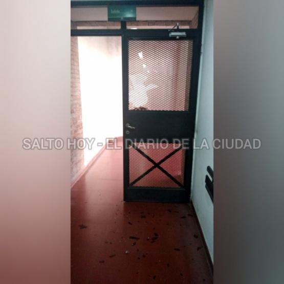 Noche de furia en el Hospital: Una mujer rompió el vidrio de una puerta tras una acalorada discusión