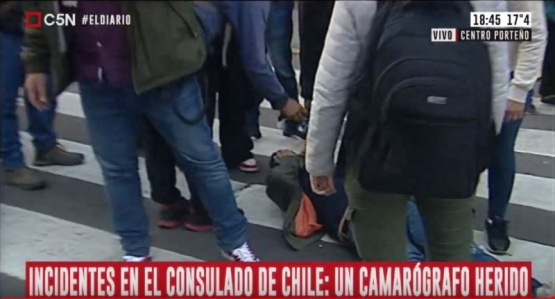 Graves incidentes frente al consulado de Chile en Argentina: agredieron brutalmente a periodistas