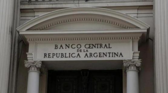 A tres días de las elecciones, aumentan las ventas del BCRA y se acelera la salida de depósitos en dólares