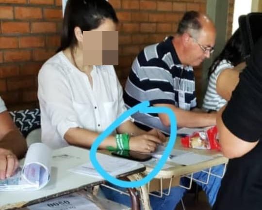 Polémica por una autoridad de mesa con pañuelo verde en la escuela Técnica
