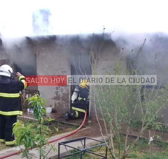 Bomberos trabajaron en el incendio de una casa