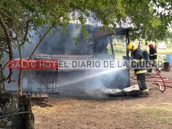 El fuego destruyó un precario galpón