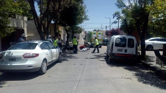 Abrió la puerta de la camioneta y provocó la caída de una mujer que iba en moto