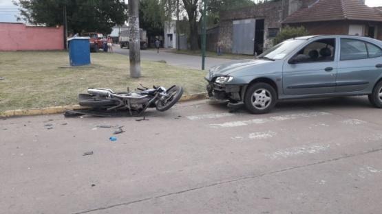 Un motociclista fue hospitalizado tras colisionar con un auto