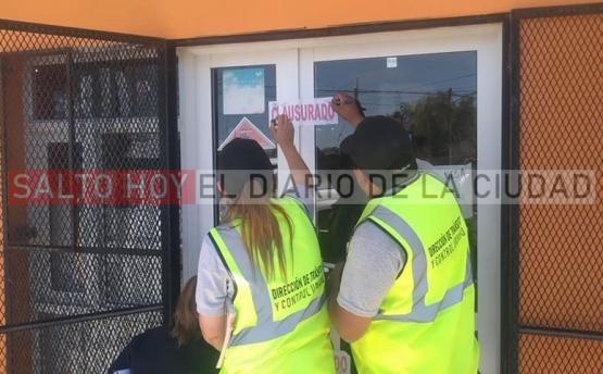 Clausuran un kiosco por incumplir la ordenanza vigente que prohíbe la venta de pirotecnia en Salto