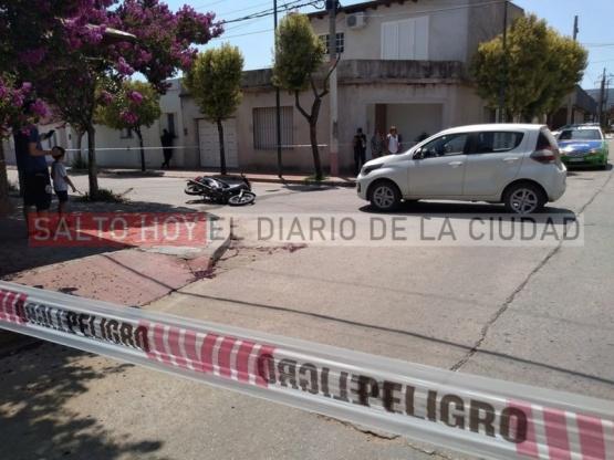 Dos jóvenes de 17 y 18 años trasladados al Hospital tras ser impactados por un auto cuando se movilizaban en moto