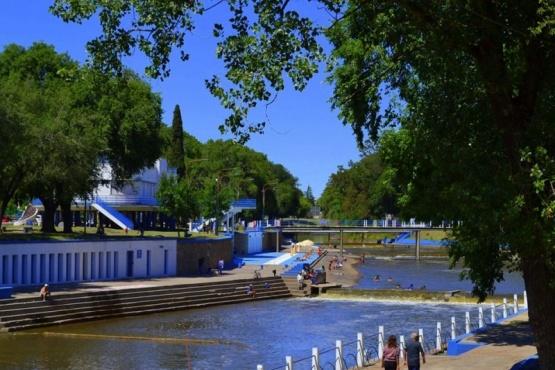 El profesionalismo de los bañeros del Balneario y la vocación de dos Bomberos permitió salvar la vida de un joven