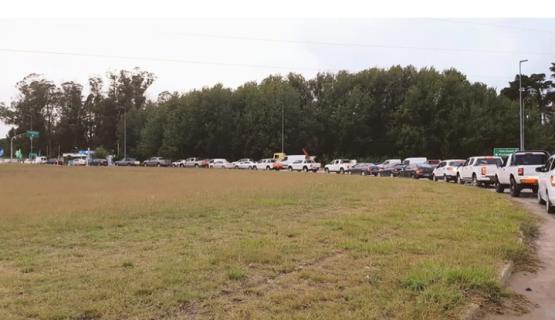 Pese a la cuarentena sanitaria, hubo largas filas de autos para ingresar a Pinamar y Villa Gesell