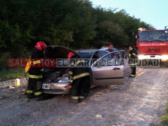 Bomberos trabajaron en el principio de incendio de un auto
