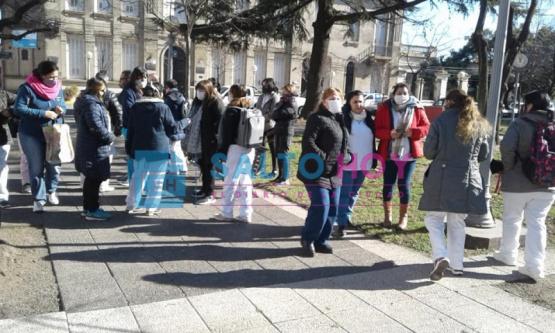 Enfermeros del Hospital reclamaron frente a las puertas de la Municipalidad: fueron recibidos por el Intendente