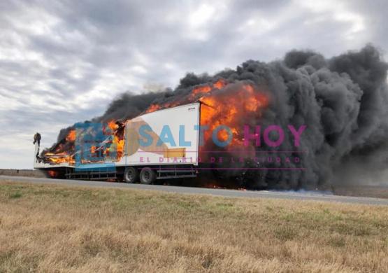 Voráz incendio de un acoplado sobre la ruta 31