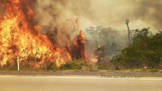 Los bomberos siguen combatiendo dos grandes focos de incendio en las sierras de Córdoba