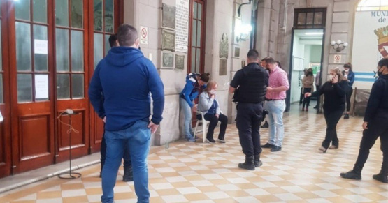 Tensión en la Municipalidad de Rojas: una mujer tomó de rehén a una empleada